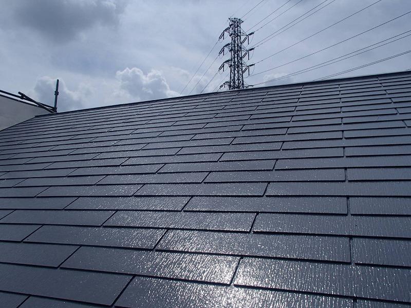 屋根の上塗りが完成しました。塗りたてなので、ツヤツヤに輝いています。