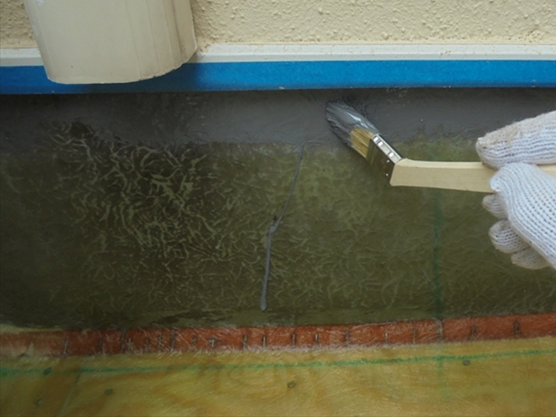 外壁側の防水はベニヤ等は入れずにガラスマットを敷いて樹脂を塗り、脱泡した上でトップコートを塗っています。
