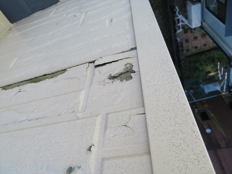 外壁の塗膜にひび割れ、はがれがありました。