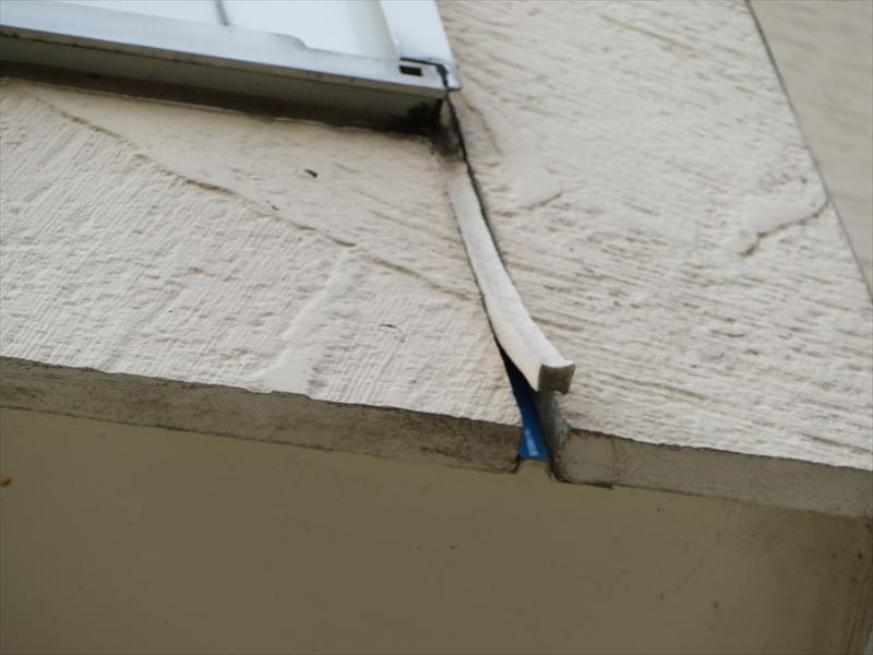 こちらは両側が切れているので壁から浮き上がり、中のボンドブレーカーという青いフィルムが見えています。