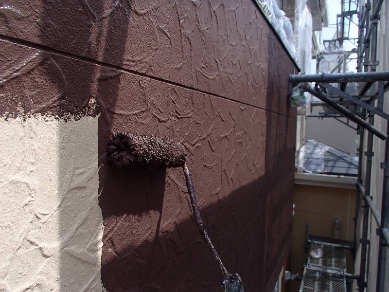 こちらも外壁の中塗り。茶系の塗料でアクセントになります。