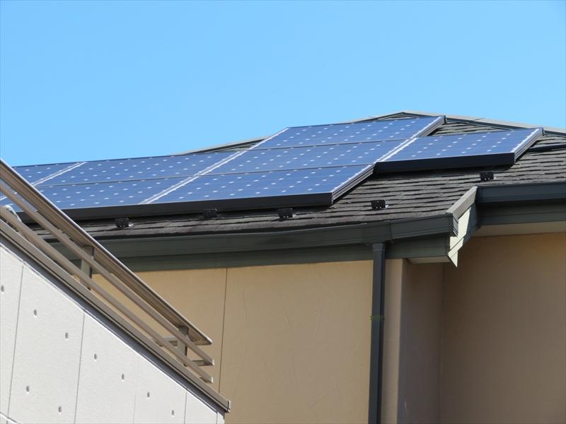 屋根にソーラーパネルが乗っているので、パネル分塗装範囲が狭くなります。