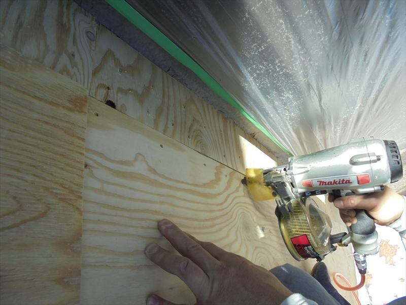 ベランダの防水の再加工は、まずはベニヤを張ってしっかりとした床面を作ります。