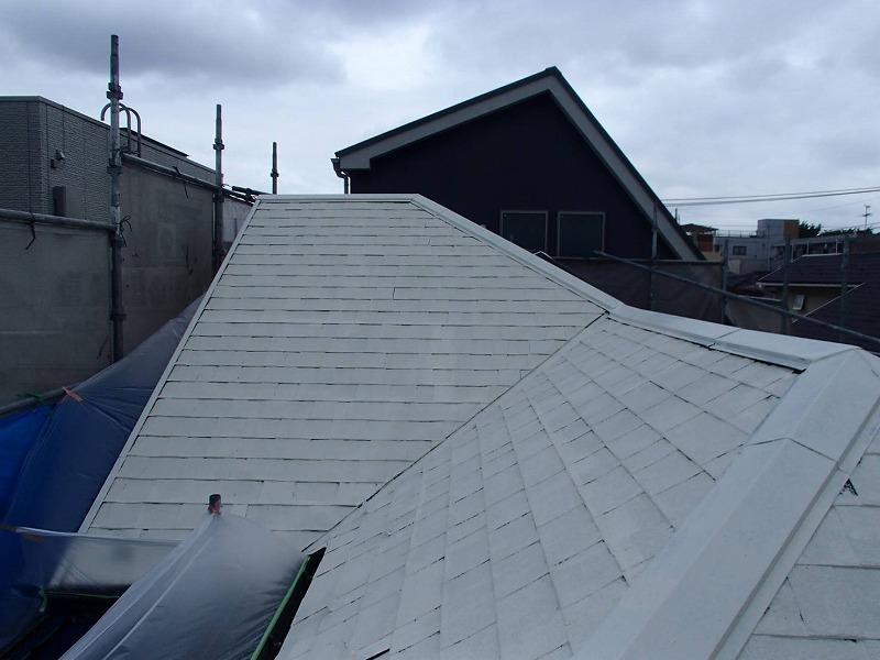 ソーラーパネル部分には塗料が飛び散らないように養生をして塗装しています。