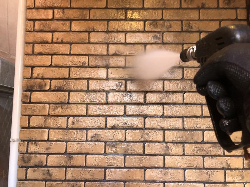 外壁も屋根も洗剤を使わず水圧だけで洗う文字通り「水洗い」です。
