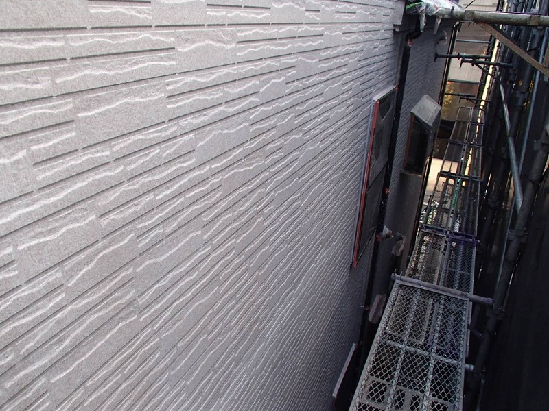 外壁の下塗りが完成しました。白っぽい半透明の塗料なので、当初の塗料が透けて見えています。
