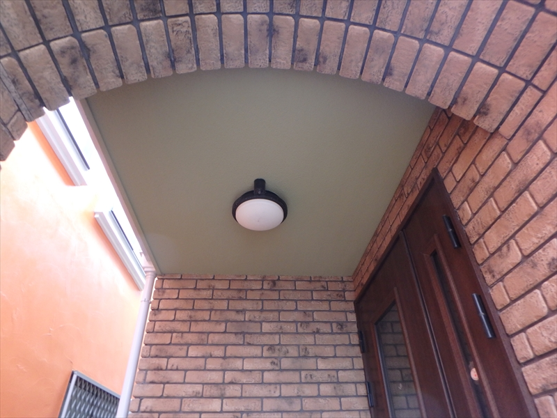 玄関の天井もきれいに仕上がっています。