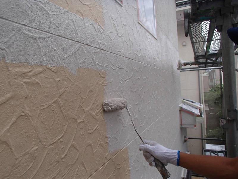 外壁の中塗りがスタートしました。こちらは白系の塗料です。