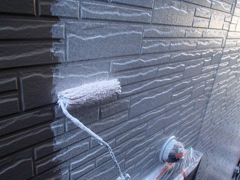 外壁の下塗りです。塗料の密着を良くする効果を高めるため、しっかりと塗装しています。