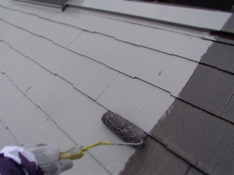 屋根の中塗りをしています。瓦の段差に塗装不良が起こらないように、しっかりと塗っています。