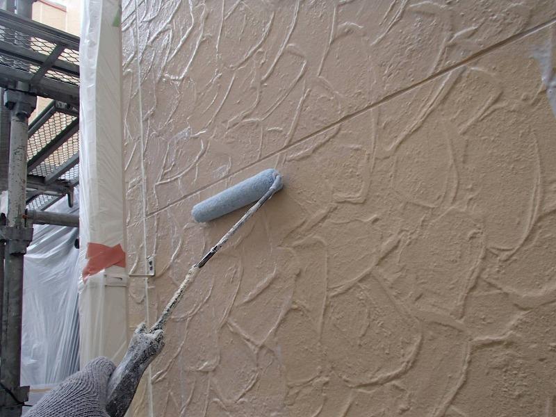 外壁の下塗りがスタートしました。