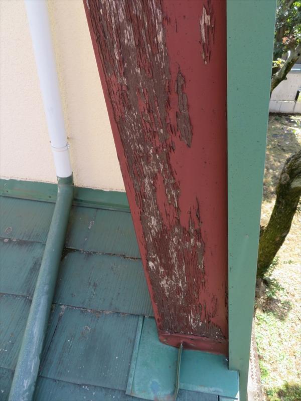 破風板部分の塗料がはがれて、元々の下地が見えています。