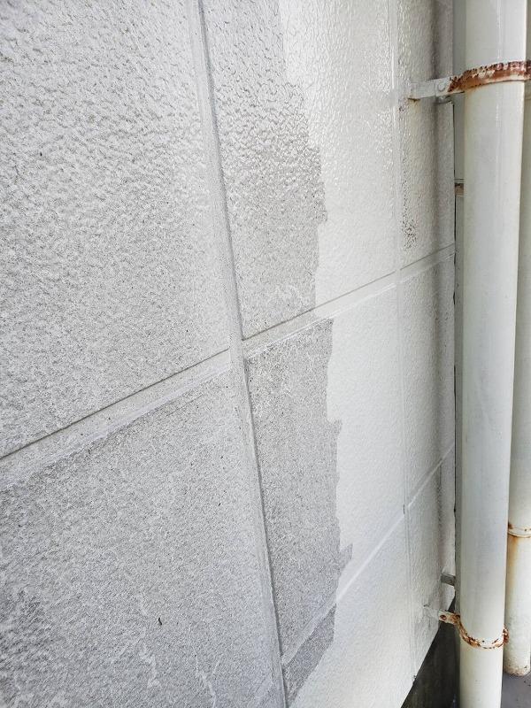 こちらも外壁の高圧洗浄の様子。灰色の壁から元々の真っ白い壁が見えています。