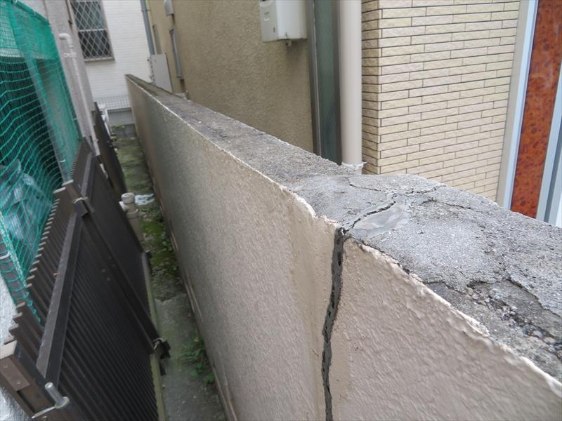 こちらは塀のひび割れです。一度補修をした痕が有りました。