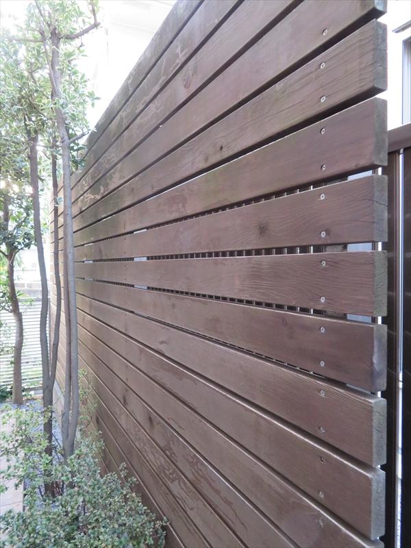 目隠しのウッドフェンス。こちらは防腐剤入りの塗料で劣化を抑えます。