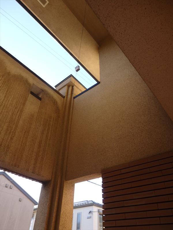 こちらも飾り窓の真下だけ汚れていませんでした。全体的に汚れた右側より部分的に汚れた左側のほうが、汚れが目立っています。