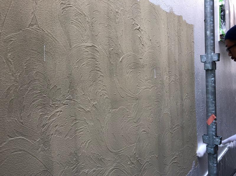 上塗材の密着を良くするために下塗り材を塗装しています。