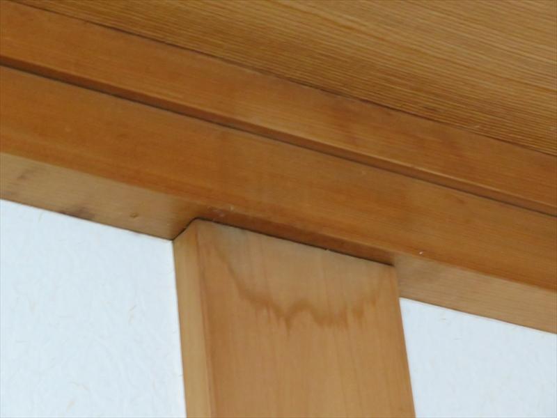 天井から柱の部分に雨漏りをしている形跡があり、戸袋からと思われました。