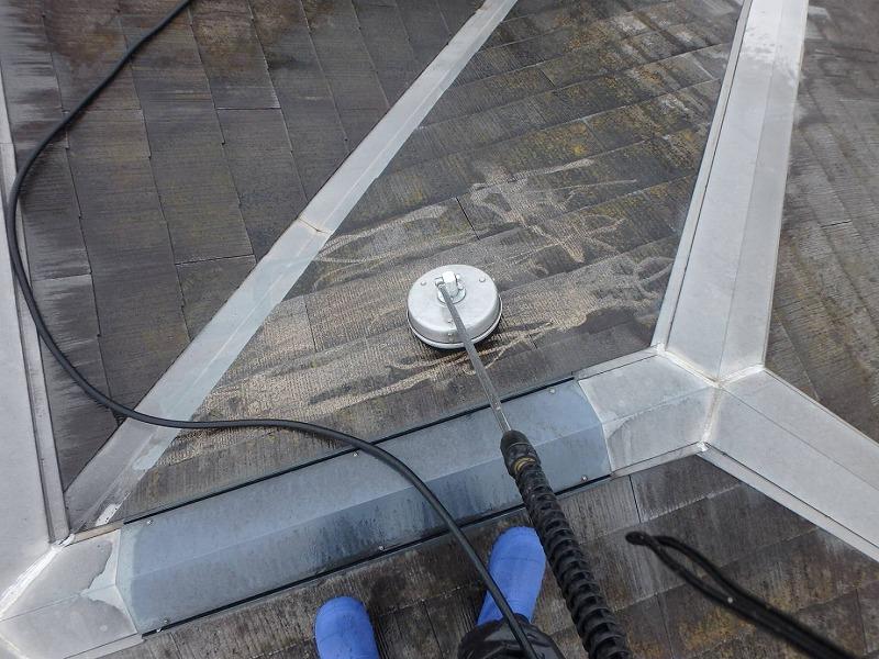 屋根の高圧洗浄中です。ブラシが通った部分だけ汚れが落ちてきれいになっています。
