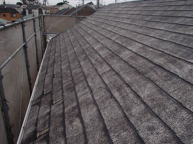 屋根の下塗りが終わりました。下塗りには、この上に塗る塗料がよく密着する効果があります。
