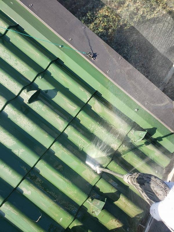 こちらは屋根部分の洗浄です。ビニールコーティングの剥がれに注意して作業を進めます。