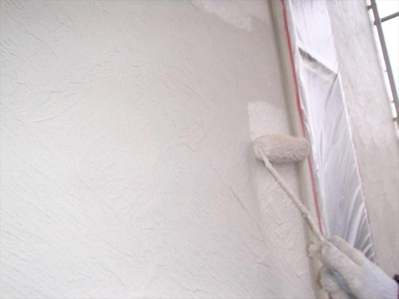 外壁の中塗りが始まりました。今回は2階と1階で少しだけ色を変えているので、間違わないように注意しています。