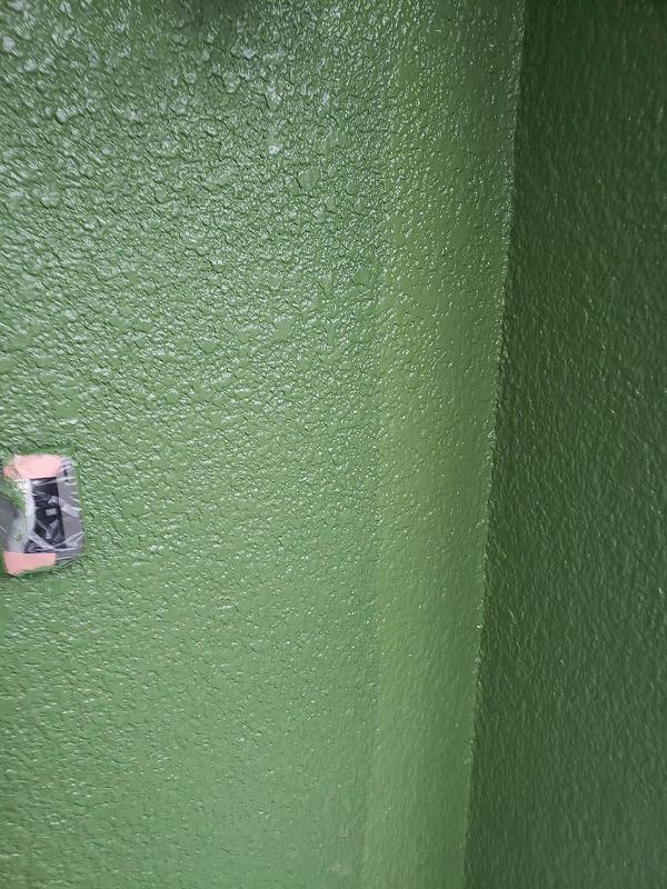 中塗りが乾いた後は、外壁の上塗り作業です。
