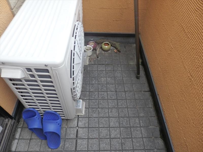 ベランダにはタイル調のシートがありました。防水加工した床を保護しているので、防水面の劣化は少ないと考えられます。