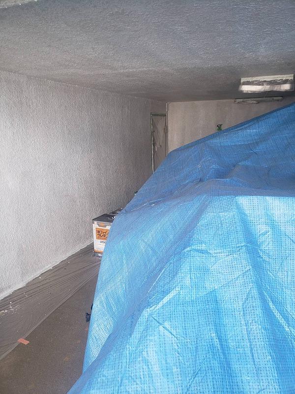 外壁の下塗りが始まりました。工事期間中、車庫の車は移動していただき、荷物にブルーシートをかけて外壁を塗装しています。