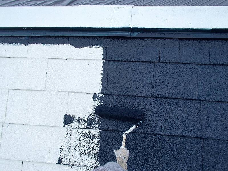 こちらは屋根の中塗りの様子です。棟板金も同じ色になるように同じ塗料で塗装しています。