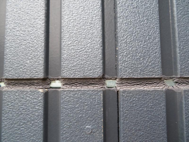 サイディングの凹凸で雨水の当たる頻度が違うためか、シールがひび割れになっている部分とシールが外れている部分に分かれています。