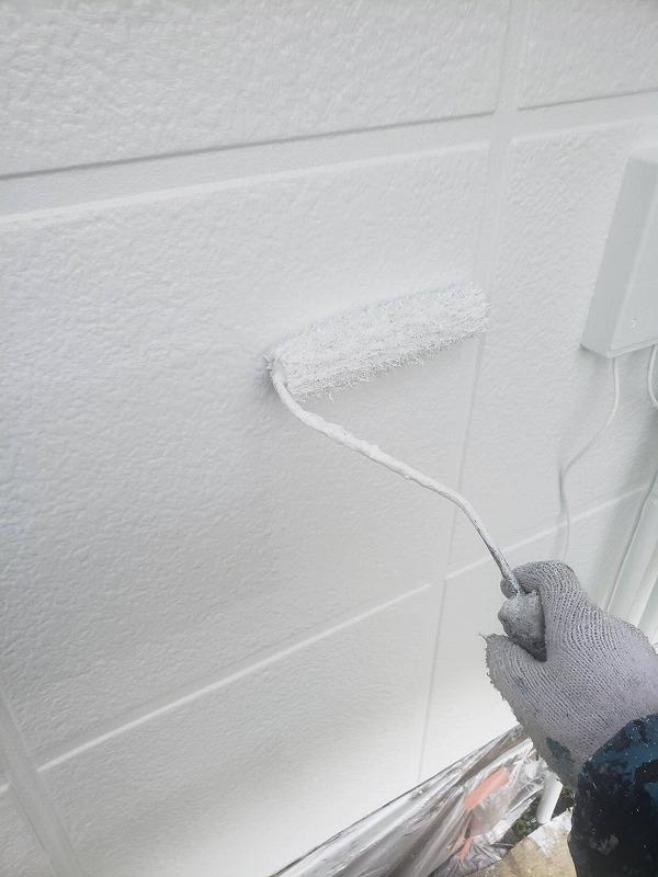 外壁の上塗り中です。2回目なので塗膜が厚くなり、塗料のキメが整い、綺麗に仕上がります。