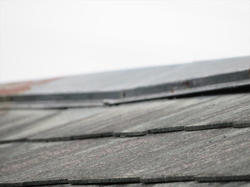 屋根の棟板金部分に歪みとサビが出ています。