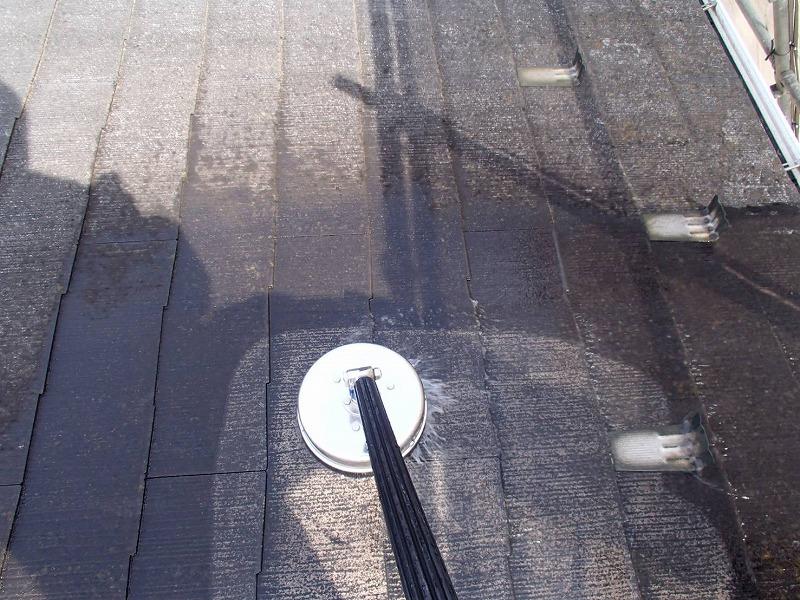 屋根の高圧洗浄では、ブラシの付いた洗浄機を使って洗い流していきます。