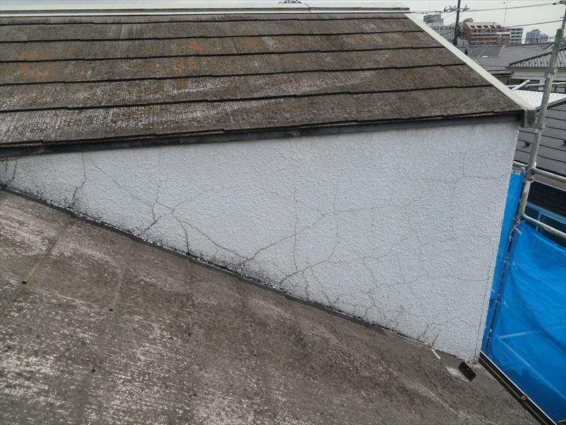 屋根に取付けられたドーマー部分の外壁はかなりのひび割れが入っていました。