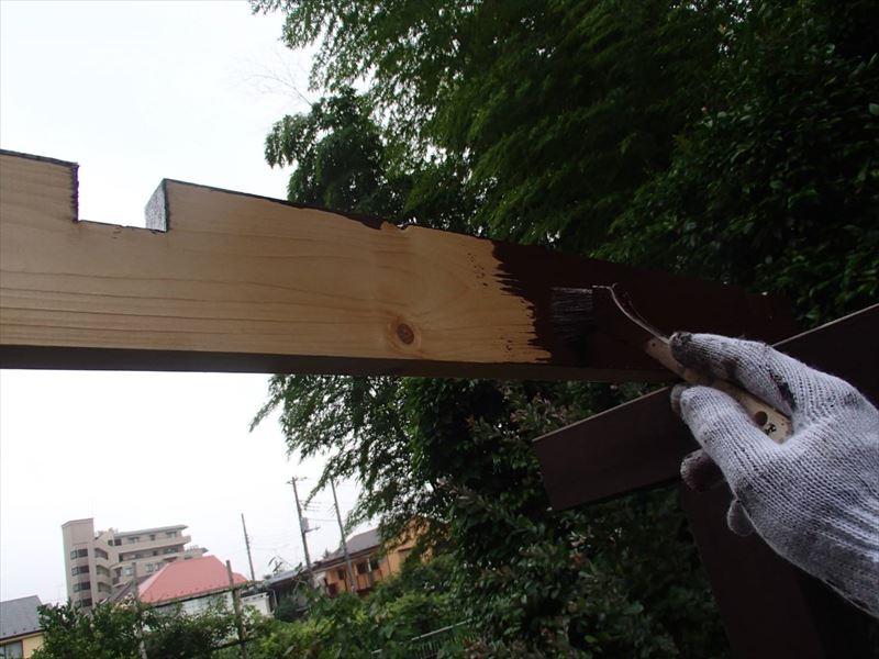 新たに作り直したウッドテラスの屋根の柱部分を塗装しています。