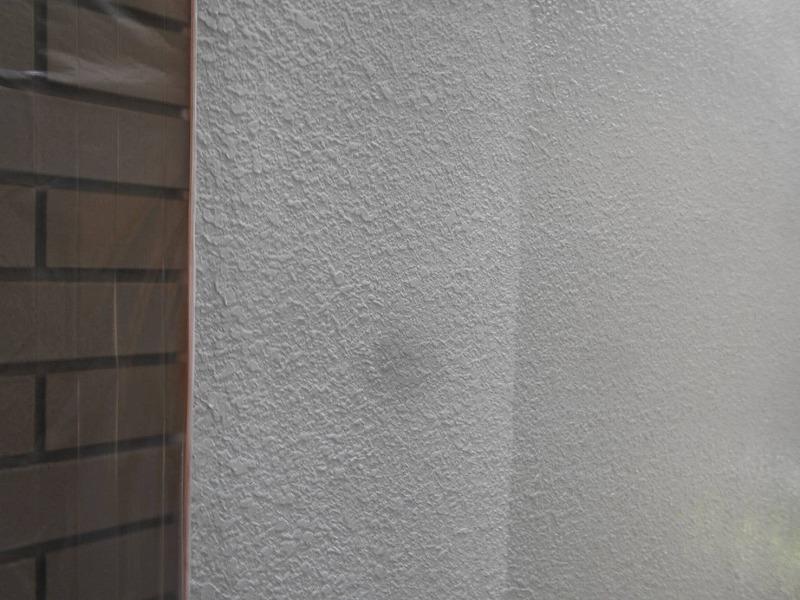こちらも中塗りの様子。左側のタイル部分は汚れないようにビニールで養生してあります。