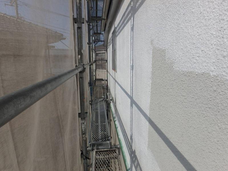 外壁のモルタル部分を下塗りしています。