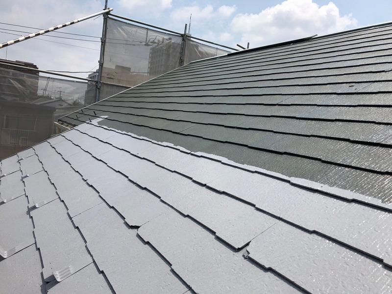 屋根の中塗りの様子です。塗りムラの出やすいフチの部分を丁寧に塗ってから、全体を塗るようにしています。