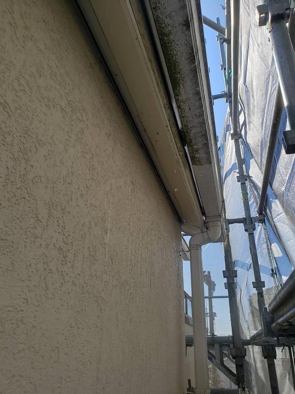外壁の高圧洗浄の様子です。雨樋の汚れの落ち具合で、汚れ落ちがよく分かります。