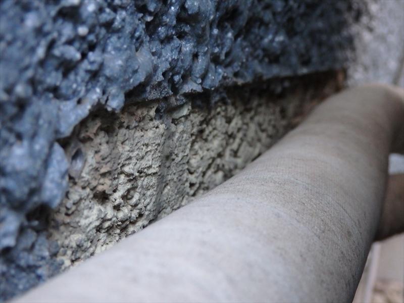 配管部分等、吹付けられない部分は元々の外壁が見えていました。