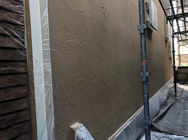 外壁の中塗りが完成しました。