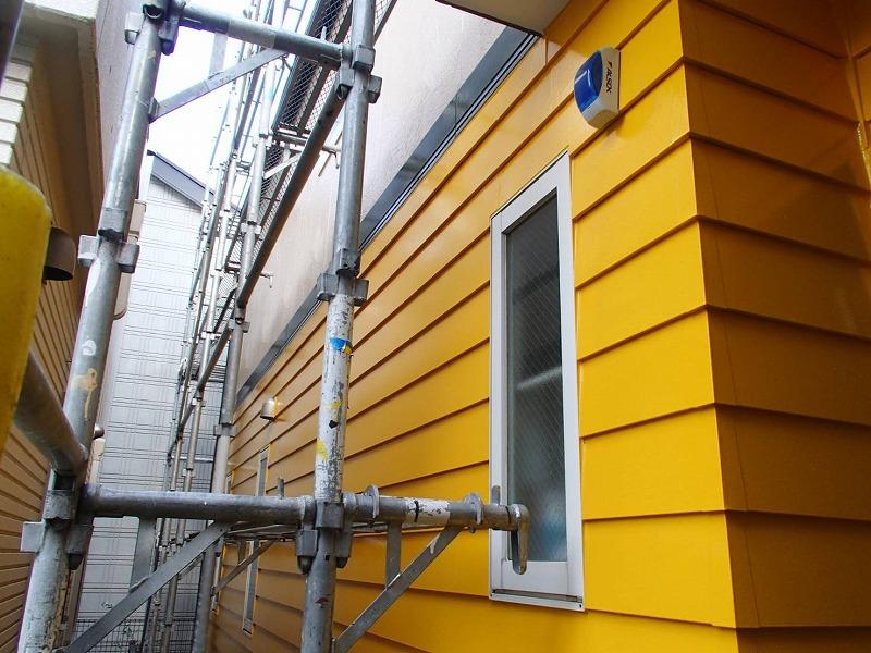 窓などを覆っていた養生を外して、外壁の塗装の完成です。