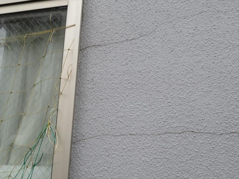 外壁にはひび割れがいくつかありました。