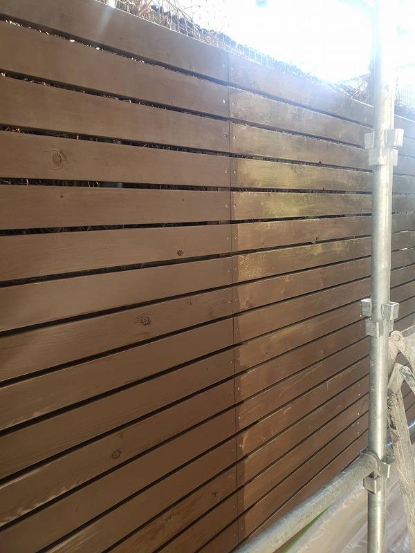 防腐剤の入った木材保護塗料のキシラデコールを丁寧に塗っていきます。