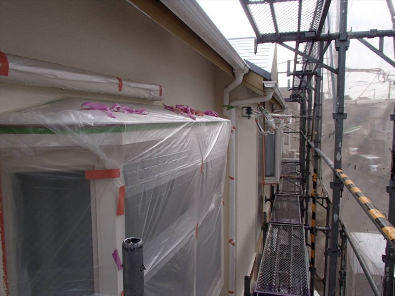 塗料がついて困る場所はビニールで覆って養生しています。