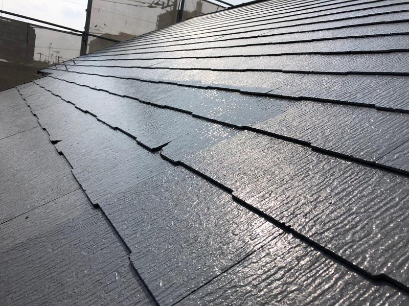 屋根の上塗りをしています。塗料の塗膜が厚くなるので、キメが整ってよりキレイに出来上がります。