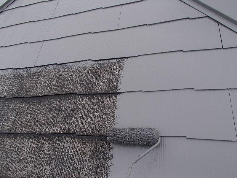 屋根の中塗りです。段差や瓦の隙間まできちんと塗っていきます。