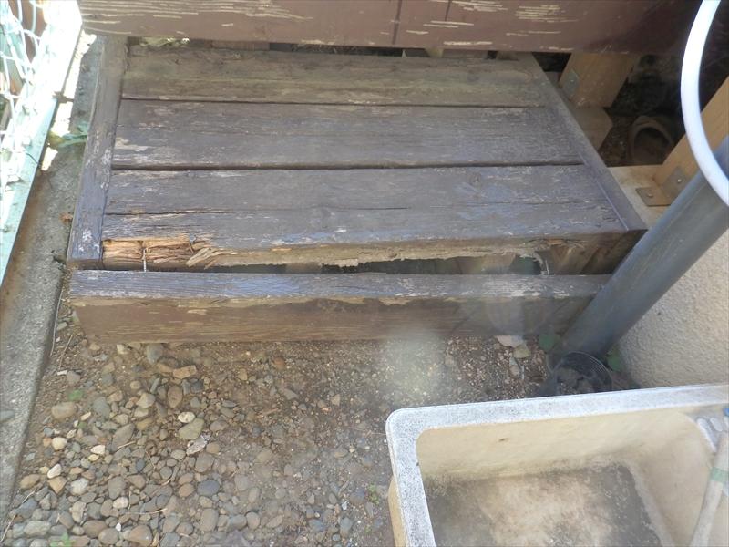 ウッドデッキに上がる階段部分は木製のため、板が外れています。