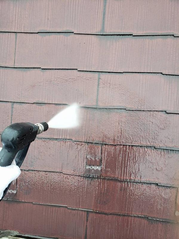 高圧洗浄で屋根の汚れを落としていきます。